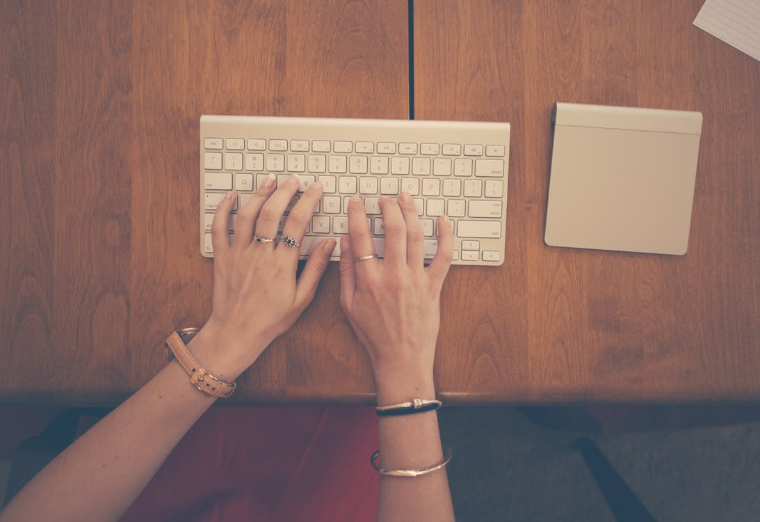 070818 hands-woman-apple-desk
